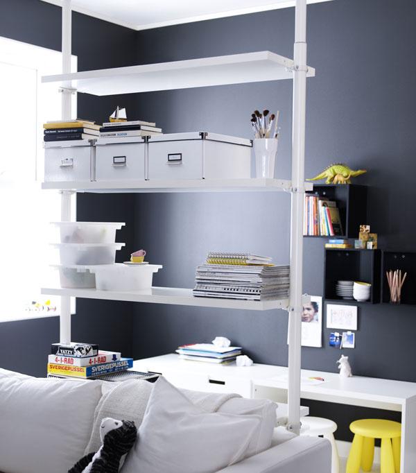 Policová zostava Stolmen snastaviteľnou výškou od 210 do 330 cm ašírkou 127 cm. Môže byť upevnená na stenu alebo strop. Konzola zhliníka, polica zdrevovláknitej dosky. Cena 157 €. Predáva IKEA.