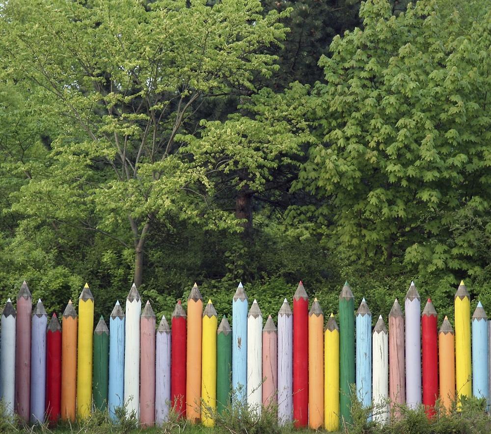 Inšpirácia od detí. Pastelkami nemusíte vymaľovať len kus papiera, ale aj celú záhradu. Farbičkových vojakov poukladajte tesne vedľa seba alebo s rozstupmi. Buď budú samostatnými jednotkami, alebo farebnými kolmi držiacimi oceľový plot.