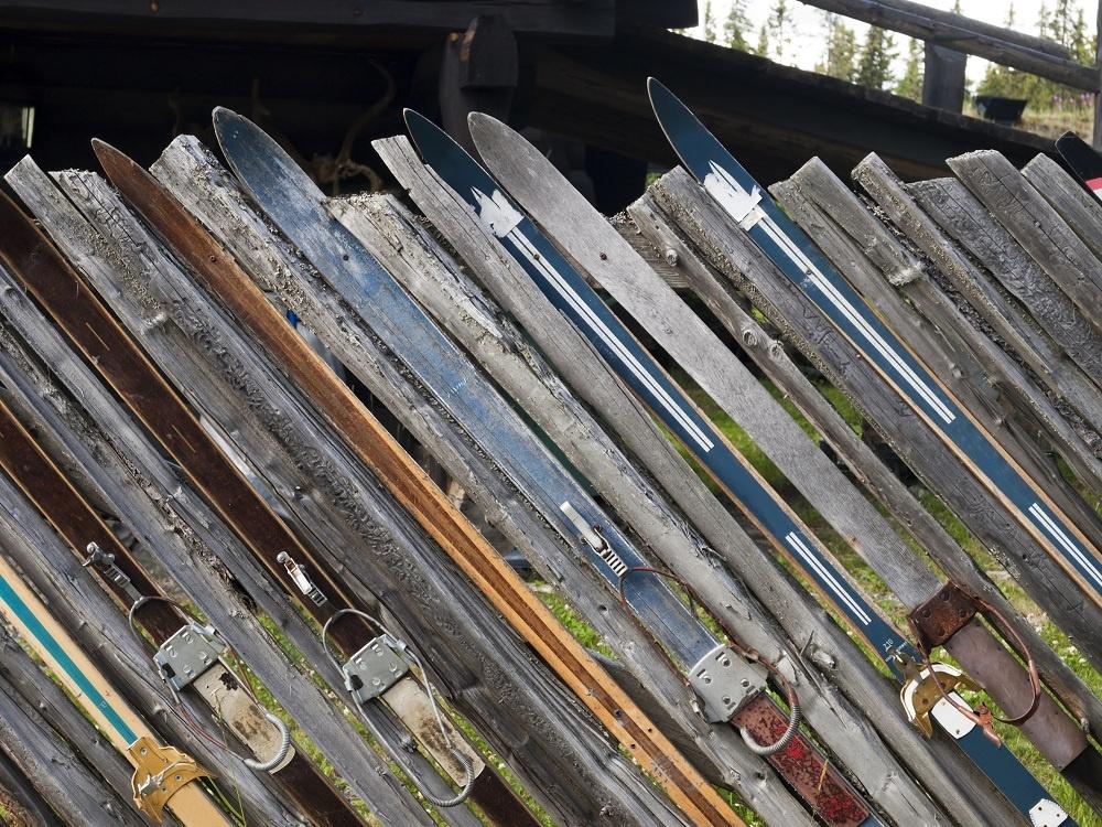 Športom k plotu. Milovníci zimných športov, pozor! Vytvorte si okolo domu výstavu svojich zjazdových pomocníkov. Či už to budú lyže, alebo len lyžiarske palice, či už z nich bude celý plot, alebo nimi len zalátate diery v ňom. Pri pohľade na ne vám aj v lete pripomenú staré dobré zimné časy.