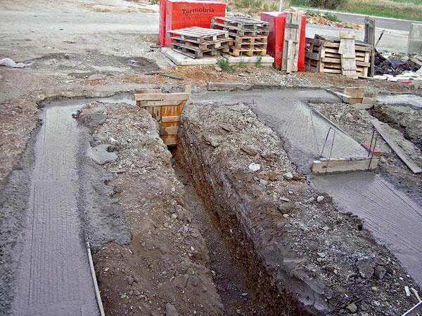 Šírka základových pásov závisí od statického výpočtu na základe únosnosti podložia. Zvyčajne však šírka základových pásov vychádza zhrúbky muriva, ku ktorej sa pripočíta po 100 až 150 mm na obe strany (napr. pri stene hrubej 400 mm je šírka základového pása pod takou stenou 500 mm).