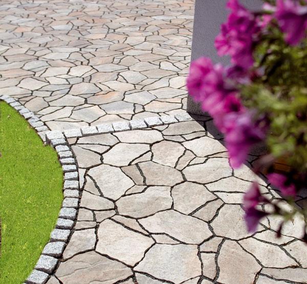 Štýlová zámková, betónová dlažba Poligono imitujúca lámaný prírodný kameň. Je mrazuvzdorná, hospodárna, trvanlivá anevyžaduje údržbu. Skladá sa zo základného prvku (36 × 26 cm) akrajových prvkov AaB (35 × 13 cm a47 × 13 cm), výška 8 ± 0,3 cm, spotreba 15,5 ks/ m2, hmotnosť 175 kg/m2, farebnosť: prírodná béžová, sivo grafitová, povrch: členitý reliéf, jemnozrnná štruktúra. Cena od 24,90 €/ m2. Vyrába apredáva Premac.