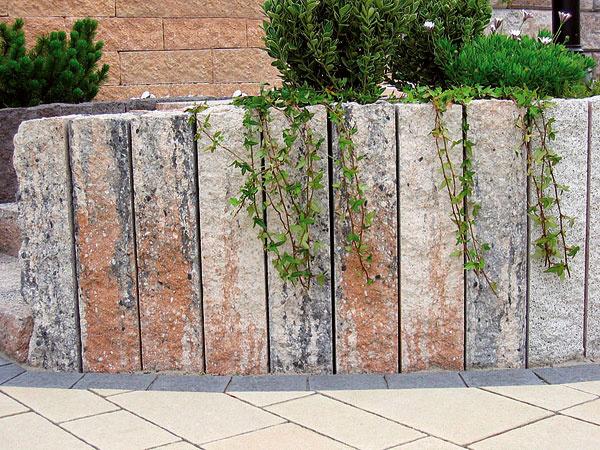 Betónové palisády Bossapal srustikálnym charakterom na ukončenie dlažby alebo na prevýšenie či spevnenie plôch. Prednosti: tvarová variabilnosť kladenia, mechanická stabilita, mnohostranné využitie, kombinovateľné srôznymi dizajnovými prvkami. Farby: grafitová amušľová. Rozmery: 12 × 12 cm, výška 40, 60 a80 cm, spotreba 8,33 ks/m, hmotnosť: 14, 21a 28 kg/ks. Cena 8, 9 a13 €/ks. Vyrába apredáva Premac.