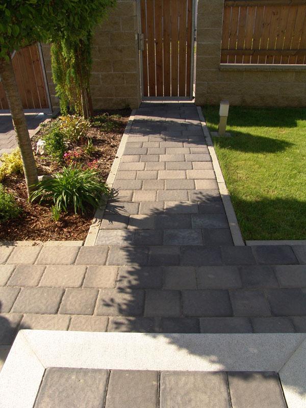 Tvarovaná reliéfna betónová dlažba Gotik III, IV sa skladá z kameňov dvoch veľkostí ale vjednotnej výške 8 cm. Je preto vhodná nielen na chodníky, ale aj navybudovanie spevnej plochy sväčším zaťažením. Rozmery: 21 × 21 cm a28 × 21 cm. Cenaod25,54 €/ m2. Vyrába apredáva Presbeton.