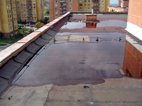 Zatečená strecha. Nerovnomerné namáhanie hydroizolácie stojatou vodou je predovšetkým dôsledok nesprávnej realizácie strechy – bez spádu.