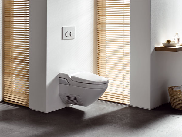 Aj keď unás to zatiaľ nie je zvykom, vmnohých kultúrach je umývanie sa po toalete nevyhnutnosťou (nemyslím ruky). Toalety Geberit AquaClean vám tento komfort poskytnú. Jedným stlačením tlačidla spustíte sprchu, ktorá vás očistí mäkkým prúdom vody ohriatej na vami zvolenú teplotu. Takisto intenzitu prúdu môžete prispôsobiť svojim potrebám. Prúd teplého vzduchu vás nakoniec jemne ašetrne osuší. Nespornou výhodou toaliet Geberit AquaClean je, že nezaberajú viac miesta ako bežná toaleta, apreto sú vhodné aj do menších kúpeľní.