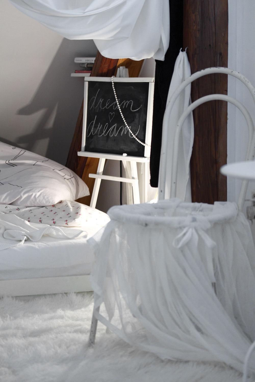 """""""Konštrukciu tej stoličky som našla na povale. Vposteli mávam slúchadlá aknihy,– vždy niečo počúvam alebo si čítam, ale nezmestila sa mi sem žiadna skrinka, kam by som si mohla všetky tie veci odložiť. Tak som si vymyslela namiesto nočného stolíka takýto stoličkový vak, do ktorého si všetko hádžem. Aspoň to nie je rozhádzané len tak vedľa postele."""""""