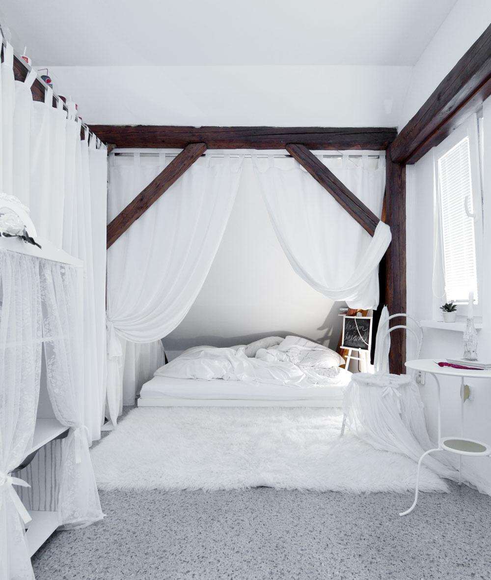 """Za komínom abielym závesom je Nikolina princeznovská spálňa, sposteľou vyrobenou zo starej skrine: """"Tá posteľ je taká moja vysnívaná. Lebo ja som vysoká, tak som si tu vydobyla dva matrace, aby som mala dosť miesta na nohy aj na ruky."""" """"Mne sa to zdá veľmi nízko pri zemi,"""" nezdieľa dcérino nadšenie mama. """"A mne sa tam spí dobre,"""" nedá sa dcéra. """"Aj tá kožušina je tu veľmi užitočná, lebo občas mám také medvedie vstávanie – ráno sa ledva vykotúľam po štyroch zpostele,"""" zazubí sa."""