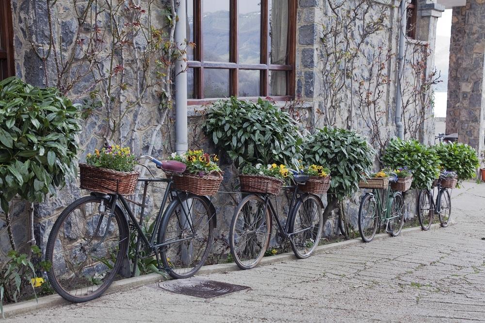 Pekne jeden za druhým. Hrdzavé bicykle do šrotu nepatria. Pretrite ich farbou, ovešajte prútenými košíkmi, postavte ich do radu a využite nielen ako oplotenie. Svoje zvrchované miesto si na ňom nájdu aj kvety.