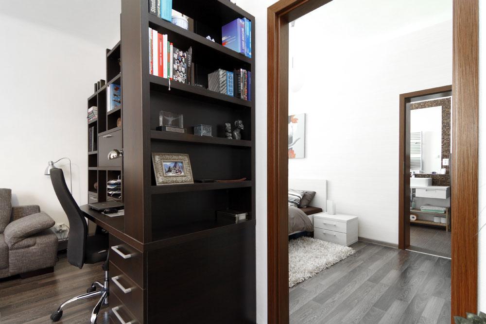 Pracovný kút sa síce využíva po celý deň, ale nemal by vytvárať prvý dojem zobývačky. Architektka ho preto skryla za krátku knižnicu – tá decentne zakryje aj prípadný pracovný neporiadok. Všetok nábytok vbyte sa vyrábal na mieru vKomandore podľa Katkinho návrhu, doplnky si domáci doviezli zrôznych kútov sveta.