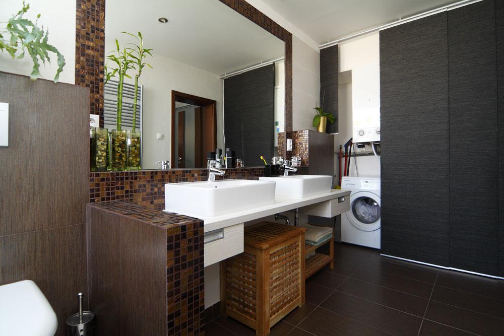 """Na jednom konci ubrala architektka kúsok zmiestnosti na """"práčovňu"""", skrytú za japonskou stenou – okrem práčky je tu aj kotol, police na všetko potrebné amiesto na neskladné predmety ako žehliaca doska či vysávač. Japonská stena je skladačka zIkey, ktorú si možno prispôsobiť na mieru priestoru."""