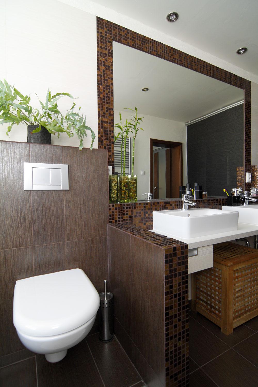 """WC je decentne skryté za nízkym múrikom: """"Keď si idete do kúpeľne len umyť ruky, nemusí vám hneď padnúť pohľad na záchod,"""" hovorí architektka."""