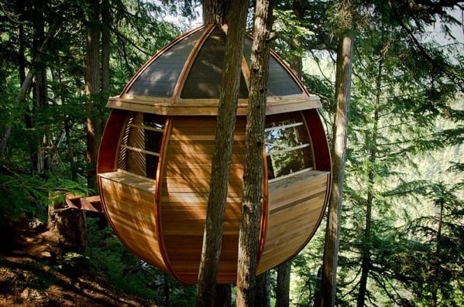 """Podarilo sa mu to za asistencie dvoch priateľov –mladých začínajúcich architektov, ktorý ho inšpirovali k stavbe vajcovitého tvaru. Víkendový domček sa nachádza na strome a nesie názov """"Hemloft Weekend Cabin""""."""