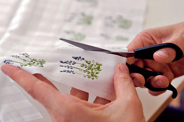 Kresbu vystrihnite do obdĺžnika alebo štvorčeka tak, aby okolo nej zostal asi 7 mm okraj na prišitie.