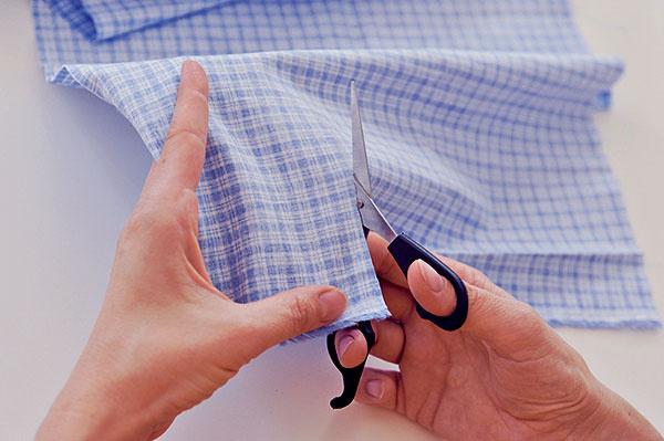 Pomocou pravítka akriedy nakreslite na vzorovanú látku rozmery vankúšika, napríklad 11 × 21 cm. Sú vtom zarátané už aj okraje na zašitie. Vystrihnite.