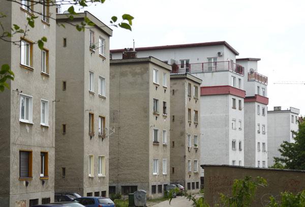 Začiatkom 30. rokov 20. storočia predstavovala kolónia týchto malých bytov vBratislave progresívny prístup Emila Belluša kotázke veľkej bytovej núdze. Emil Belluš patril knajvýznamnejším architektom 20. storočia na Slovensku. Naozaj si myslíte, že bezohľadné presadzovanie vlastného názoru ajeho vyjadrenie vrôznorodom stvárnení okien je na mieste? Kde ostala úcta kosobnostiam, po ktorých tu ostalo niečo skutočne hodnotné?