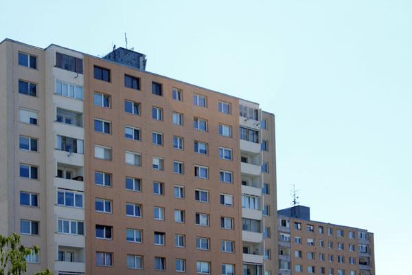 Áno, môžete argumentovať, že svoje pekné hnedé okná ste už mali vymenené pred celkovou opravou domu, ale ani pôvodné určite neboli hnedé. Tak prečo? Naozaj potrebujete vykričať celému okoliu, aký ste zaujímavý ainý? Tento bytový dom by bol celkom vkusne opravený, ale individualita vtomto prípade kazí dojem.