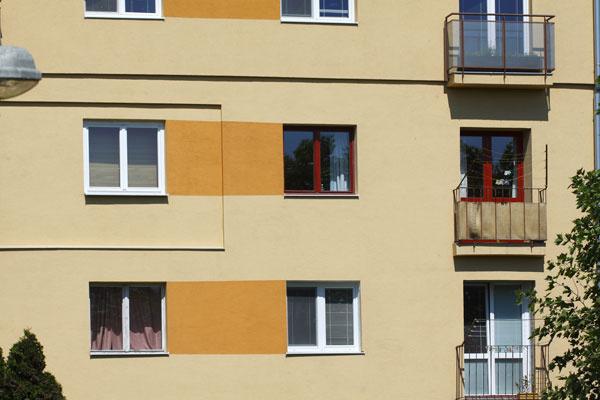 Niektorí vlastníci bytov akosi zabúdajú alebo si nechcú priznať, že ich obydlia sú súčasťou bytového domu. Samostatne stojaci rodinný dom zbytového neurobíte – aj keby ste mali zlaté okná, vždy budete iba malou súčasťou väčšieho komplexu, kde tvrdohlavé pretláčanie individuality nemusí dopadnúť najlepšie. Inak pekné okná tu pôsobia nevkusne, napriek ich vyššej cene akvalite.