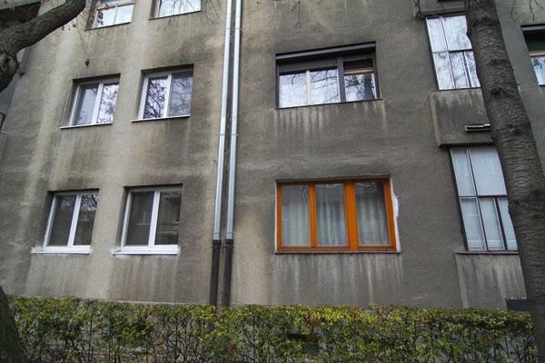 Ani nám sa nepáči húfna premena okien bytových domov na biele aplastové. Tu však ide oto, aby ste si všímali svoje okolie avedeli sa dohodnúť. Ak bývate vbyte, je na mieste prijať určité kompromisy týkajúce sa vonkajšieho vzhľadu bytového domu. Áno, mnohé by potrebovali komplexnú rekonštrukciu ana to často nie sú peniaze alebo vôľa. No časom sa možno nájdu amy pochybujeme, že vás, hrdých majiteľov tých iných okien, presvedčia na nejaký kompromis alebo že vy presvedčíte ostatných, aby sa prispôsobili vám. Škoda, že my Slováci sa často individuálne presadzujeme tam, kde to netreba.