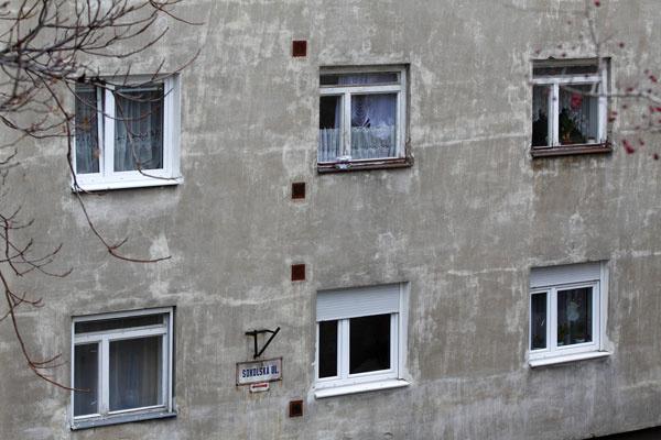 Niekedy aj malý detail pokazí celok arozhádže ucelený dojem zbytového domu. Pôvodné okná tu mali svoj výraz. Prečo to jedni vedia pochopiť, adruhí nie? Iné delenie okna je iné okno.