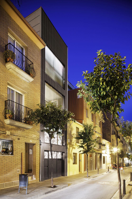 Výstavnosť uličky zdôrazňujú vysadené pomarančovníky. Stromoradia sú výsadou hlavných ulíc štvrte, najmä dva kilometre dlhej Carrer Gran de Sant Andreu, postavenej na mieste rímskej cesty, ktorá nie je oveľa širšia ako táto ulica.