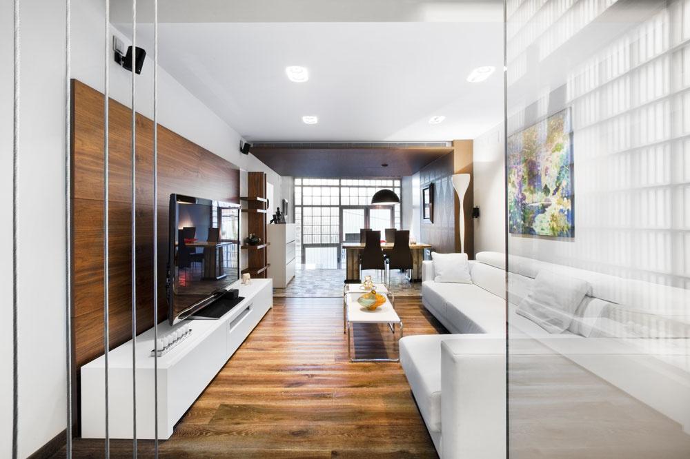Schodište od vchodu vedie do reprezentačnej jedálne sónyxovým stolom, ktorý dopĺňajú dlaždice vtradičnom španielskom štýle. Drevenú stenu vobývačke zhotovili, podobne ako točité schody, podľa návrhu architekta.