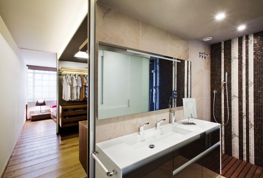Priestory rodičovského apartmánu, spálňa, šatník aj kúpeľňa, sa dajú oddeliť zasúvacími dverami. Vkúpeľni upútajú obklady so striedavým vodorovným adiagonálnym ryhovaním.