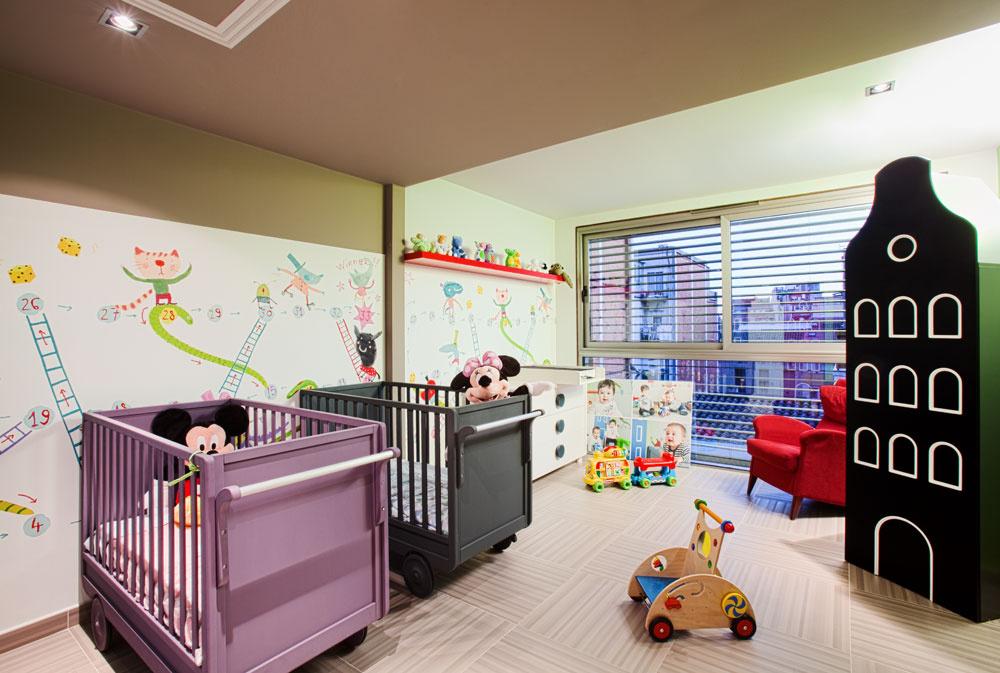 Pohľad cez okno izby pre malé deti ukazuje, že vokolitých úzkych uliciach je pomerne vysoká, päť- aj viacpodlažná zástavba. Súkromie preto zabezpečujú lamely, ktoré prekrývajú rozmerné okná na južnej fasáde.