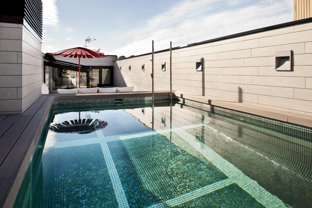 Tak ako priestory vbyte, ani bazén so zaoblenými dolnými rohmi amozaikovým dnom vonkoncom nepôsobí stiesňujúco – je dlhý päť, terasa dokonca šesť apol metra. Menšia terasa na opačnej strane, obkolesená vysokým múrom, slúži sa sušenie bielizne.