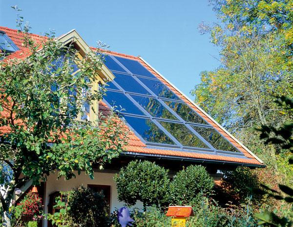Solárne kolektory integrované priamo do strechy alebo fasády domu predstavujú moderné riešenie, ktoré rešpektujú aj architekti.