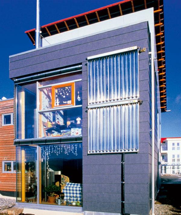 Trubicové solárne kolektory umiestnené na fasáde opticky nerušia moderný vzhľad domu, skôr naopak. Zvislá orientácia navyše zamedzuje prehrievaniu systému počas letného obdobia, keď slnko stojí vysoko nad obzorom – takto na plochu kolektora dopadá menej žiarenia než pri tradičnom umiestnení na šikmej streche.