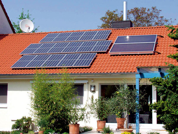 Fotovoltické panely aj solárne kolektory inštalované na jednej streche – dnes ešte netypický pohľad, vzhľadom na požiadavku výstavby nulových budov od roku 2020 však môžeme očakávať vývoj aj týmto smerom. Potrebné množstvo elektrickej energie dodáva do tohto domu fotovoltika, oohrev vody sa starajú solárne kolektory.
