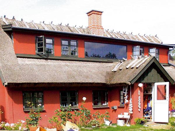 Integrovanie kolektorov do fasády je vhodné tak pri rekonštrukciách domov (solárne kolektory nahradia časť zateplenia), ako aj na novostavby, kde možno tieto prvky zakomponovať do architektonického návrhu – získame tak elegantnú fasádu, ktorá zároveň dodáva energiu. Fasádne inštalácie pomáhajú zvýšiť solárne zisky vzime, keď je slnko nízko nad obzorom, aprínosné sú aj odrazy od snehu. Vlete má síce systém menšie zisky než šikmá inštalácia, to však možno považovať aj za výhodu – ak nemáme využitie pre prebytky energie, prirodzene sa tak zabraňuje prehrievaniu systému. Istou nevýhodou je horšia prístupnosť pri opravách aúdržbe, výhodou naopak menšia náchylnosť na znečistenie. Inštalácia do fasády je vhodná aj voblastiach sveľkým množstvom snehu, keď strešné kolektory vyžadujú istú starostlivosť.