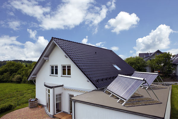 Solárny beztlakový systém Vaillant auroSTEP plus optimálne rieši využívanie slnečnej energie na prípravu teplej vody počas celého roka. Na zachytenie až 70 % slnečného žiarenia slúžia špeciálne vyvinuté serpentínové ploché kolektory pre beztlakové solárne systémy auroTHERM VFK 135D. Vďaka nim možno pokryť 60 až 70 % ročnej spotreby teplej vody vdomácnosti. Jednotlivé prvky ako bivalentný alebo monovalentný zásobník sminimálnou inštalačnou plochou 1,5 m2, čerpadlo aregulácia sú súčasťou celku, ktorý je kompletne pripravený na montáž – montáž je vďaka tomu jednoduchšia arýchlejšia.