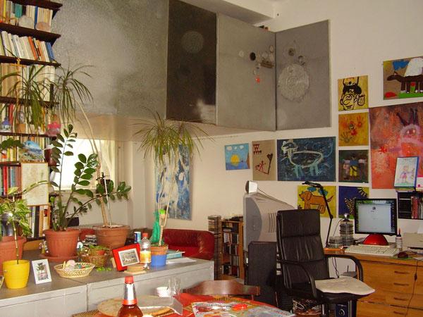 Obrovský priestor svysokým stropom agalériou domáci využívali multifunkčne – ako pracovňu, obývaciu izbu, jedáleň aj ateliér. Dojem? Preplnené.