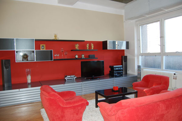 Dvojfarebná maľovka pohľadovej steny v obývacej izbe priestor opticky znížila azútulnila.