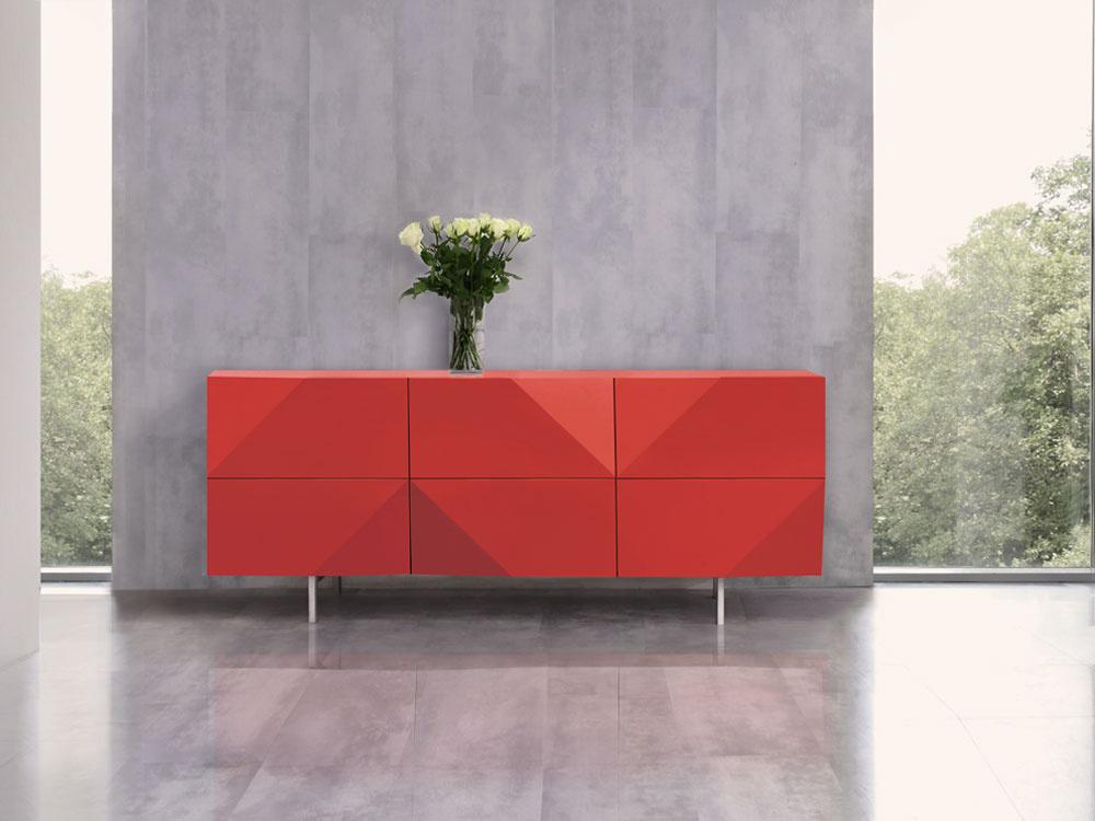 Komoda Tanger je vponuke vbielej, červenej asivej farbe, má rozmery 180 × 45 × 75 cm astojí 1490 €. Dizajn Ivan Čobej, vyrába Brik.