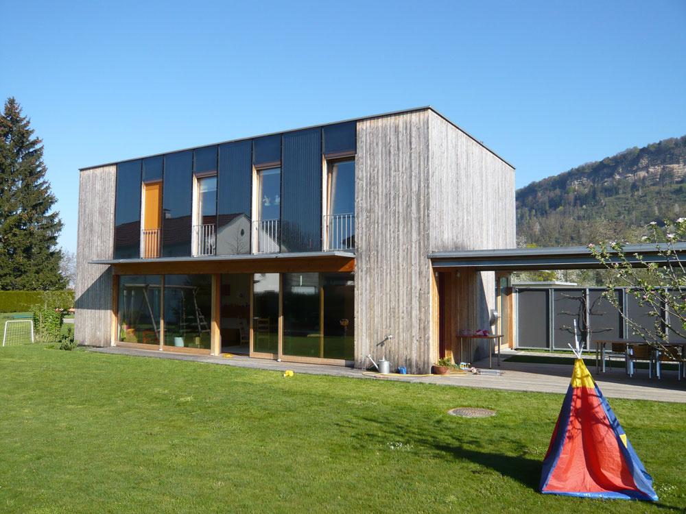 Vpasívnom rodinnom dome vo Voralbergu pomáha využívať energiu slnka aj fasáda. Do veľkých plôch zasklenia južnej fasády sú integrované slnečné kolektory.