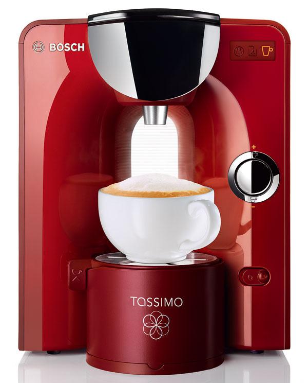 Kompaktný a skladný prístroj Bosch Tassimo TAS 5543. Plnoautomatická príprava nápojov stlačením jedného tlačidla, príkon 1 300 W, tlak 3,3 bar, LCD displej s piktogramami, patentovaná technológia kapsúl T DISC – inteligentné rozpoznanie nápoja pomocou čiarového kódu, automatické prispôsobenie veľkosti nápoja, času sparenia a teploty, rozmanitá ponuka teplých nápojov a kávy, automatický Stand by Mod po každom procese sparenia a zapnutia/vypnutia, automatický čistiaci a odvápňovací program, vodný filtračný systém Brita s digitálnym ukazovateľom výmeny filtra. Rozmery: v 29,9 × š 25,8 × h 32 cm. Odporúčaná cena 169,90 €.