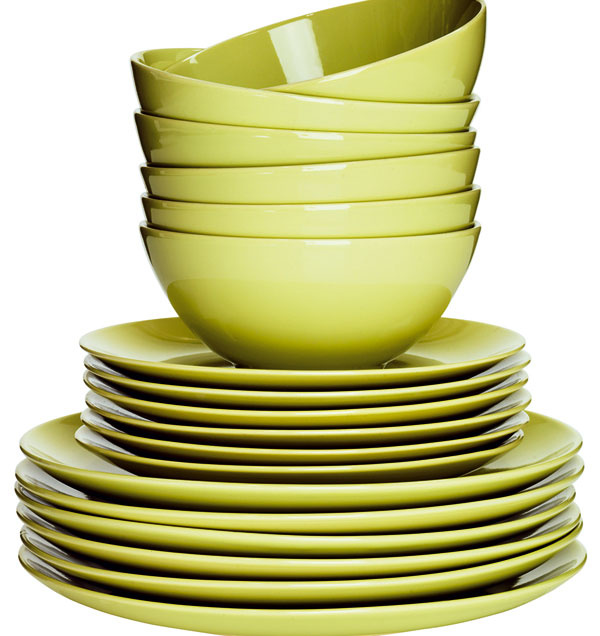 Jedálenskú súpravu Färgrik zo zelenej kameniny tvoria plytké a dezertné taniere, a misky, z každého po šesť kusov. Vhodné do mikrovlnky aj umývačky. Dizajn Maria Vinka. Cena 24,99 €/18 ks.