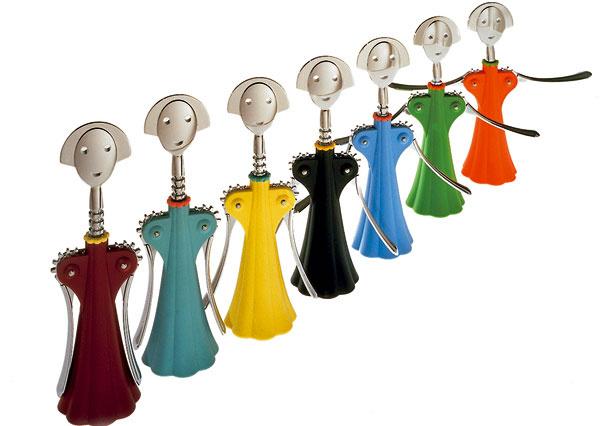 Svetoznámy otvárač na víno Anna G od firmy Alessi, v ponuke v rôznych farebných odtieňoch. Cena 62 €.