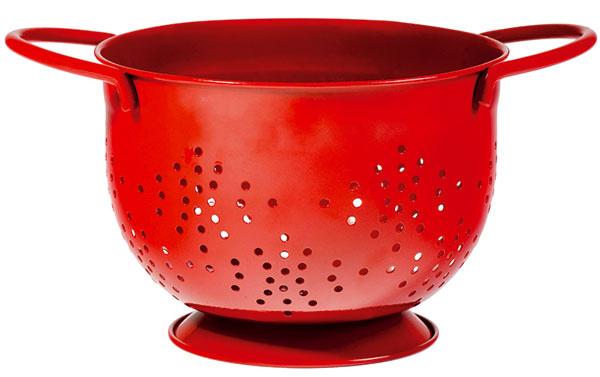 Retro cedidlo s výraznou červenou farbou. Cena 11,99 €. Predáva Marks & Spencer.