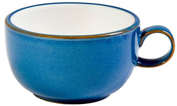Modrá kanvica s hrnčekom navodia vidiecku atmosféru alebo pohodu Stredomoria. Cena 25,99 € a 6,49 €. Predáva Marks & Spencer.