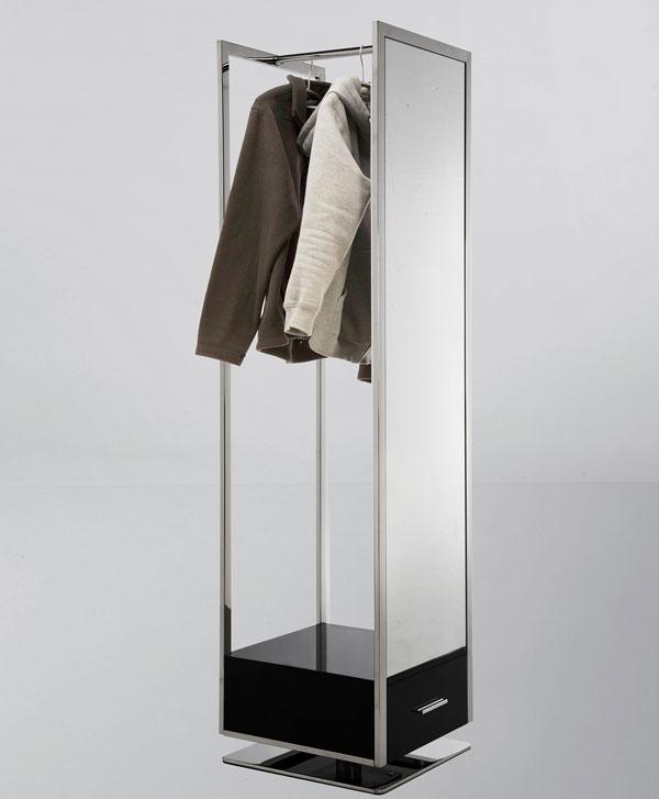 Na stračej nôžke Ak je chodba primalá na skriňu a stien primálo na vešiak aj zrkadlo, oplatí sa poobzerať dôsledne po trhu. Dizajnéri vedia byť nápadití, ako napríklad vprípade tohto otočného vešiaka, ktorý zároveň slúži ako zrkadlo azaberá minimum miesta.
