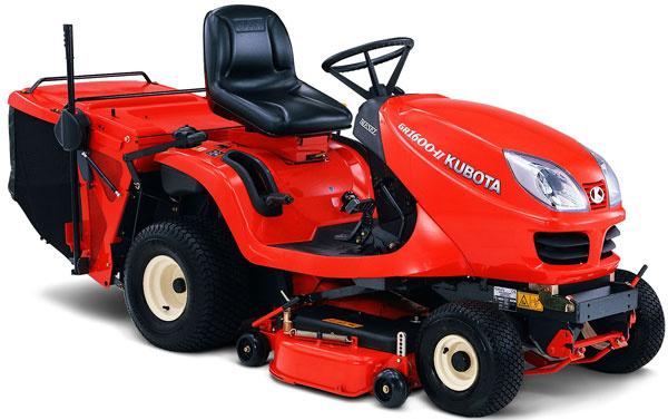 Traktorové kosačky Kubota GR 1 600 sriadiacim systémom Glide Steer, ktorý umožňuje zvládnuť zákruty. Lepšie kosenie okolo stromov akríkov. Zabudovaný zberný kôš (370 l). Hydrostatická prevodovka, spotreba 1,25 l/h. Cena 7 990 €.