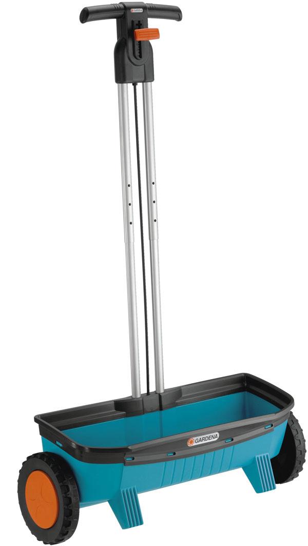 Univerzálny posýpací vozík Gardena 500 Comfort, so šírkou posypu 53 cm aobjemom 14 l presne dávkuje prostredníctvom elastického sypacieho valca. Kolesá sfunkciou voľnobehu zaisťujú, že vozík sype, len keď sa tlačí. Dávkovacia tabuľka, dávkovacia páčka sfunkciou zapnutia avypnutia priamo na rukoväti, jednoduché čistenie prúdom vody. Odporúčaná cena 43,99 €.