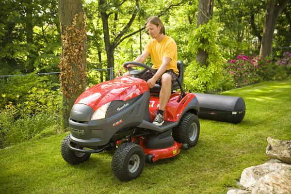 Traktor XT 220 HD smotorom Briggs & Stratton Intek V-Twin OHV, dvojvalec, hydrostatická prevodovka, rýchlosť 8,8km/h, tempomat, objem nádrže 7 l, elektrický štartér, záber 102 cm, výška kosenia 3 až 9 cm, objem koša 300l, vákuový systém zberu, mulčovanie, zadný záves na pripojenie príslušenstva (napr. valca), Cena série XT od 3 284 €. Predáva Mountfield.