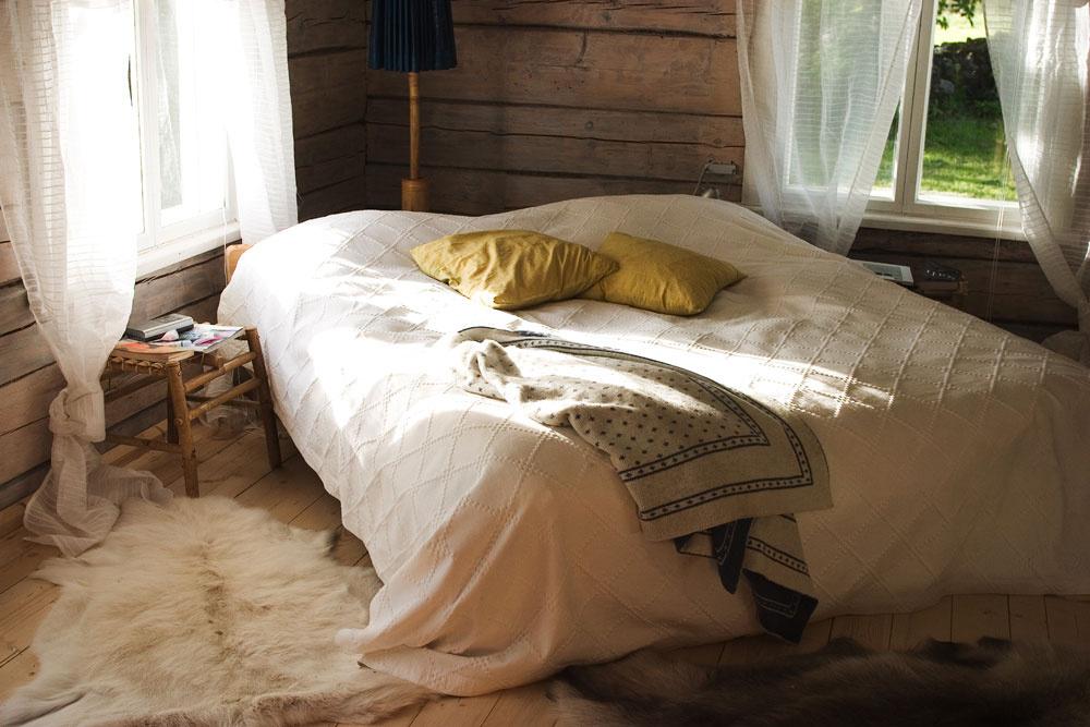 Pre posteľ v spálni platí hneď niekoľko pravidiel: 1, Neumiestňujte ju medzi okná a dvere a rovnako ani nie tesne pod okná. Ráno by ste sa mohli zobudiť príliš vyčerpaný. 2, Umiestnite posteľ čo najďalej od dverí, a to tak, aby ste videli na dvere. Dodá vám to istotu a pocit bezpečia. 3, Na druhej strane však posteľ situovaná presne oproti dverám, keď vám nohy smerujú priamo k dverám, urýchľuje tok energie. Spomaliť ju môžete paravánom alebo rastlinou, ktorými tento priestor predelíte. A zrazu sa vám bude lepšie spať.