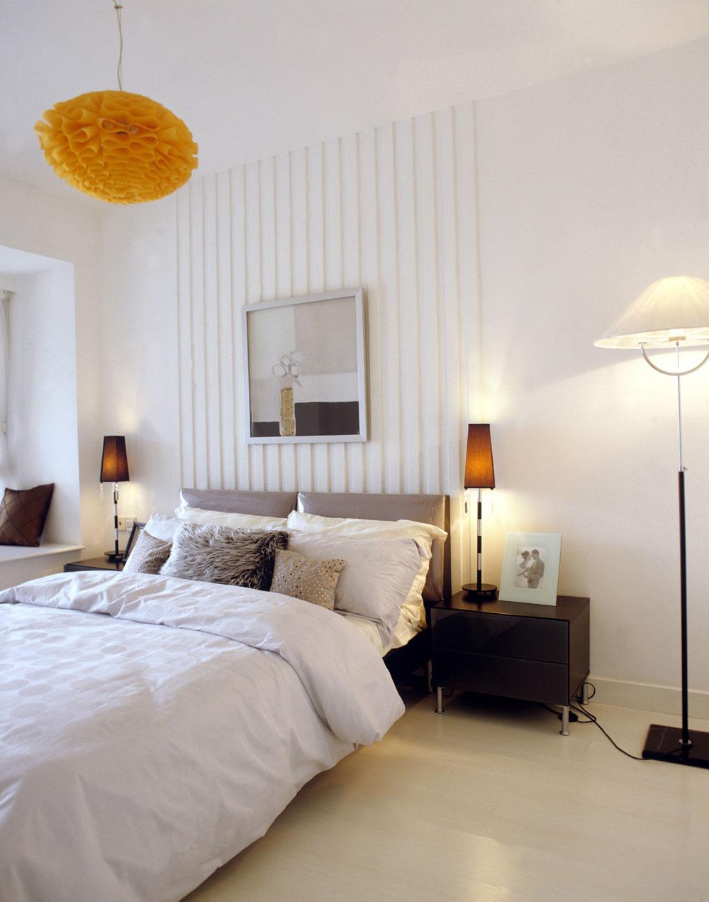 Silné svetlá v spálni by mohli poškodiť váš vzťah. Rovnako aj spojenie stropného svietidla s bodovým osvetlením a ďalšími druhmi svietidiel je ďalším svetelným tabu vo feng shui spálni. Príliš veľa rôznych svietidiel vytvára nadbytočnú energiu. Radšej preto menej a tlmenejších svietidiel. Romantickú atmosféru si dotvoríte sviečkami.