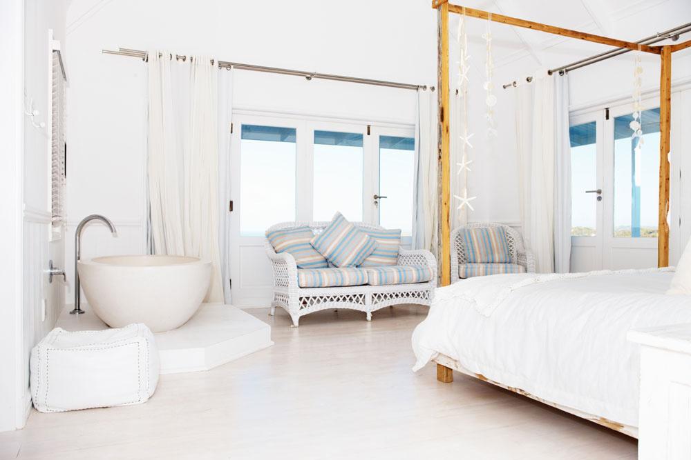 Podľa feng shui nie je vhodné, aby kúpeľňa bola súčasťou spálne. Ak niektoré dvere zo spálne vedú do kúpeľne, je lepšie ich zatvárať alebo vchod do nej prekryť závesom.