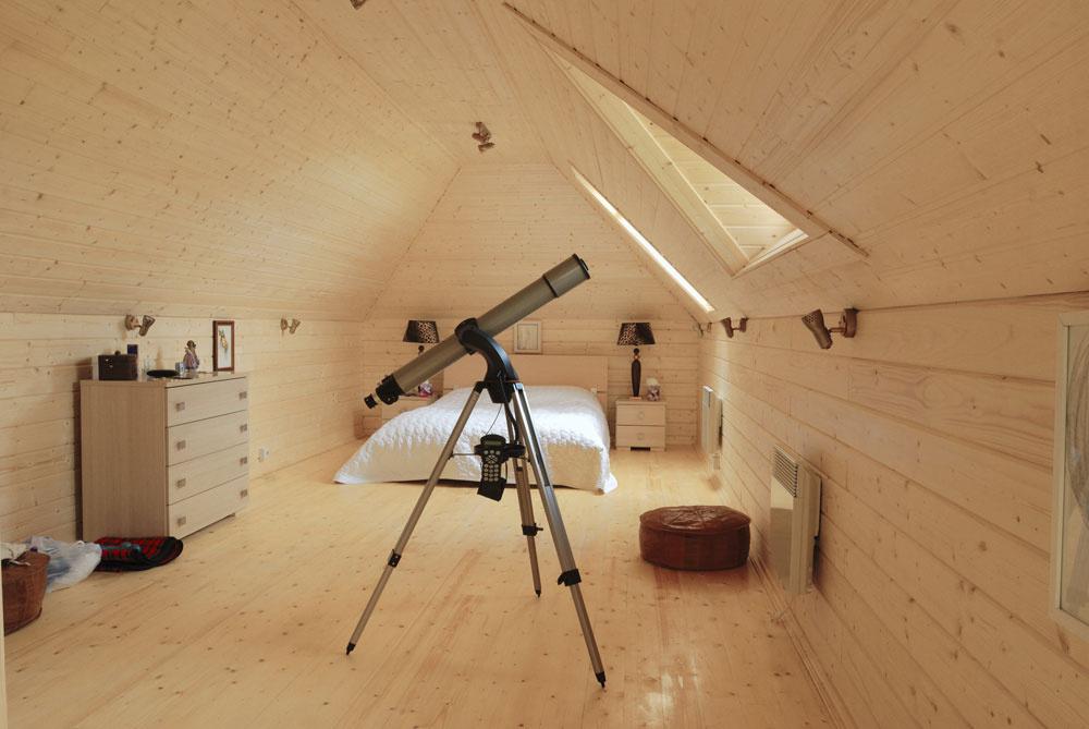 Ak je spálňa umiestnená v podkroví a nie je možné ju premiestniť, je veľmi dôležité správne umiestnenie postele. Tá by nemala byť situovaná pod šikminou, pretože pri spánku vytvára nerovnováhu. Rovnako strop do tvaru A vyvoláva skľúčený pocit. Jediným riešením, ako eliminovať negatívne pôsobenie šikmého stropu, je zosvetlenie podkrovného priestoru svetlými farbami.